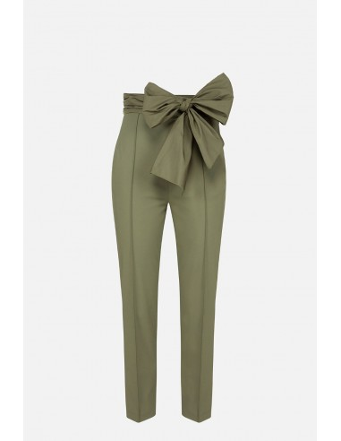 Trousers with darts and bow